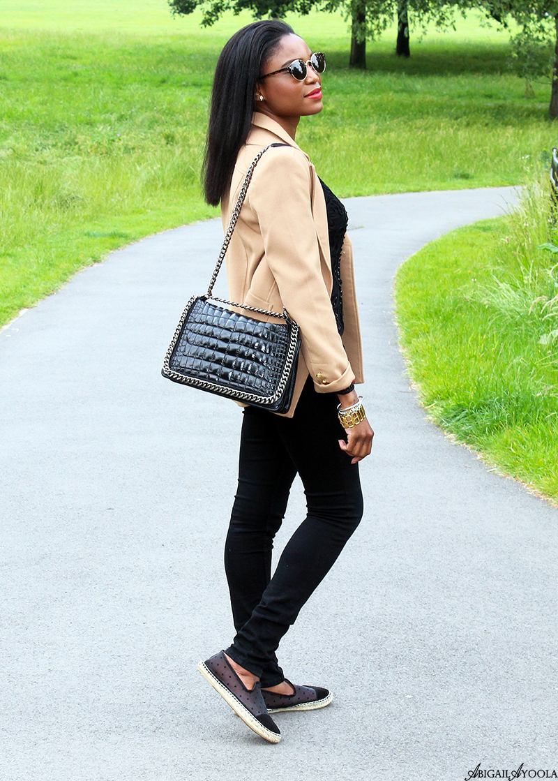 A CASUAL BEIGE AND BLACK  OUTFIT