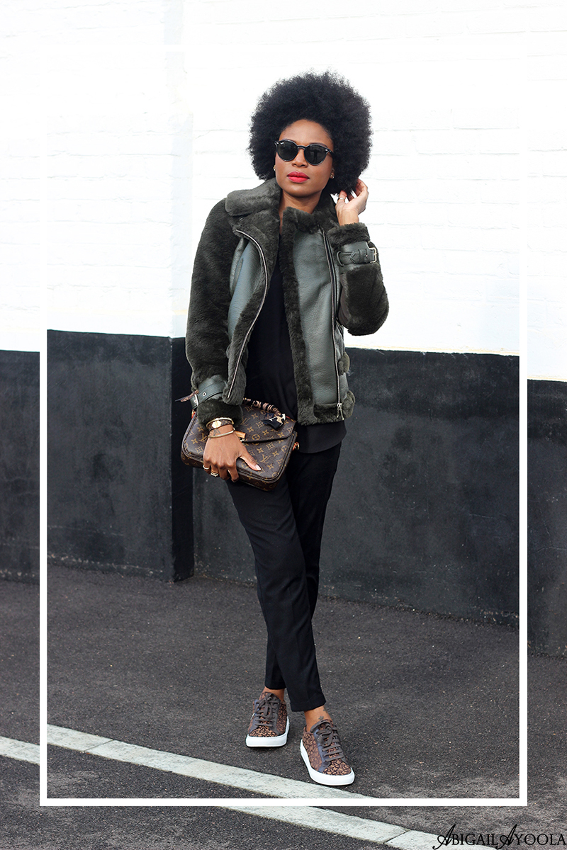 LONDON FASHION STYLIST ABIGAIL AYOOLA WEARING TRAVEL OUTFIT INSPIRATION